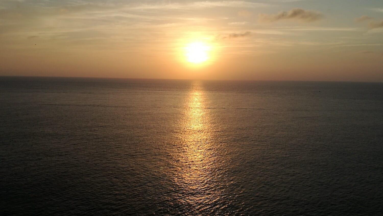 Vista de una impresionante puesta de sol sobre el mar en Menorca
