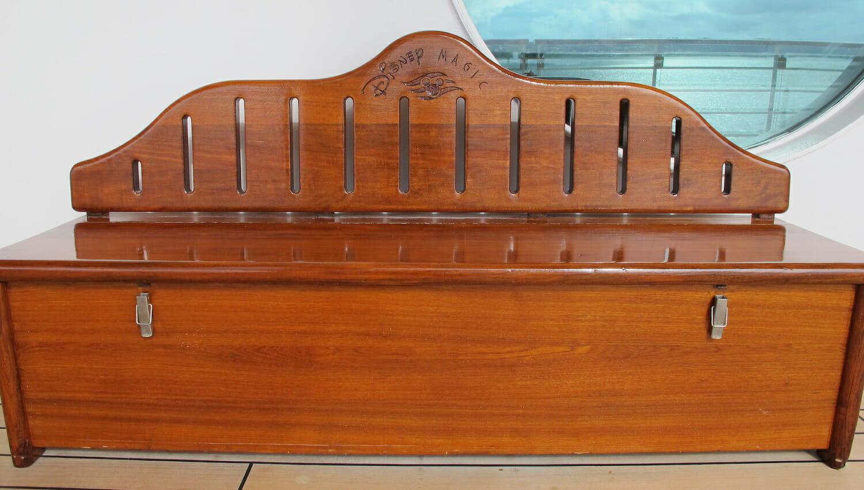 Barco de madera en el crucero Disney Magic