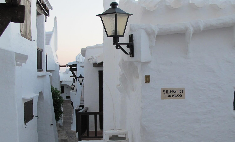 Casas blancas del pueblo de Binivequer Vell en Menorca