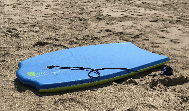 Tabla para tomar olas en la playa