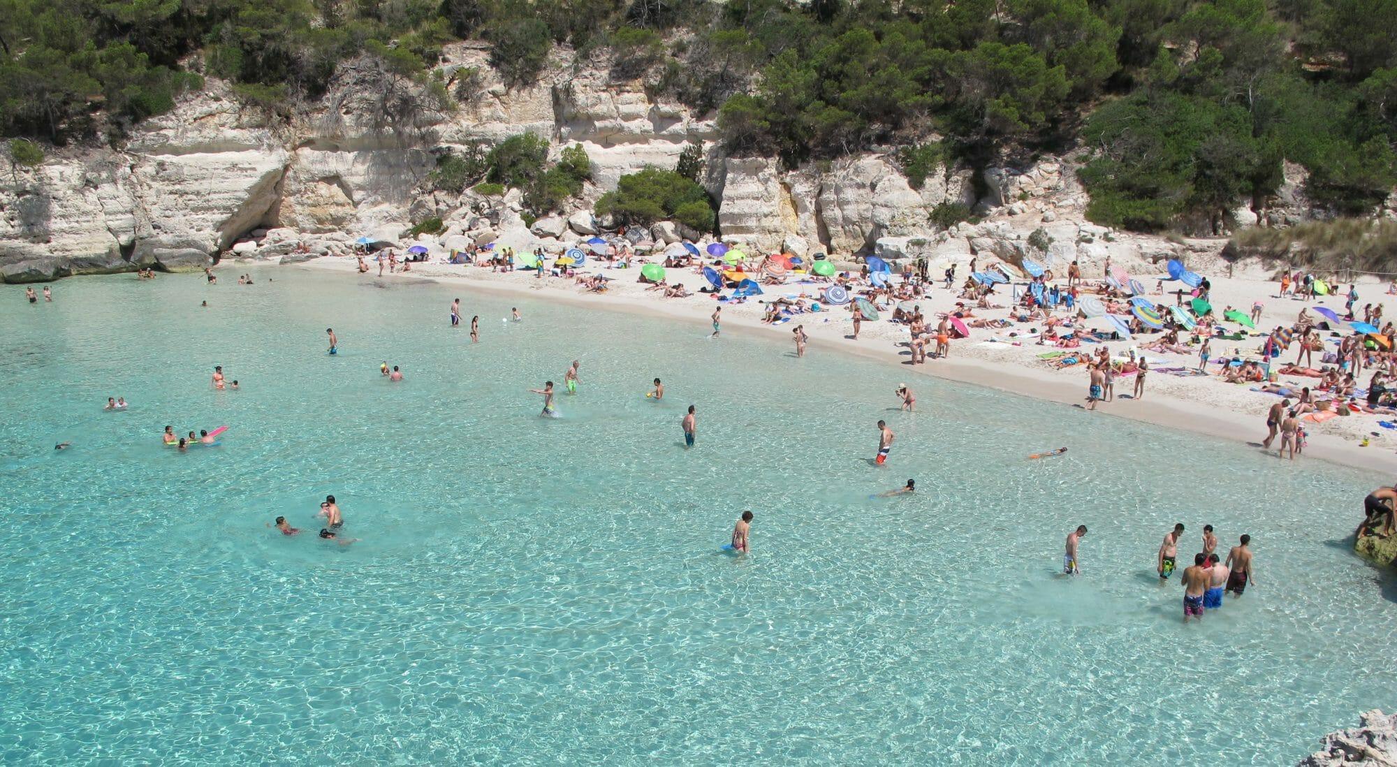 Foto de Cala Mitjana en Menorca vista desde arriba