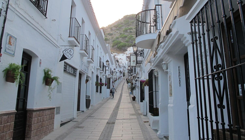 Calle San Sebastián con casas encaladas en Mijas