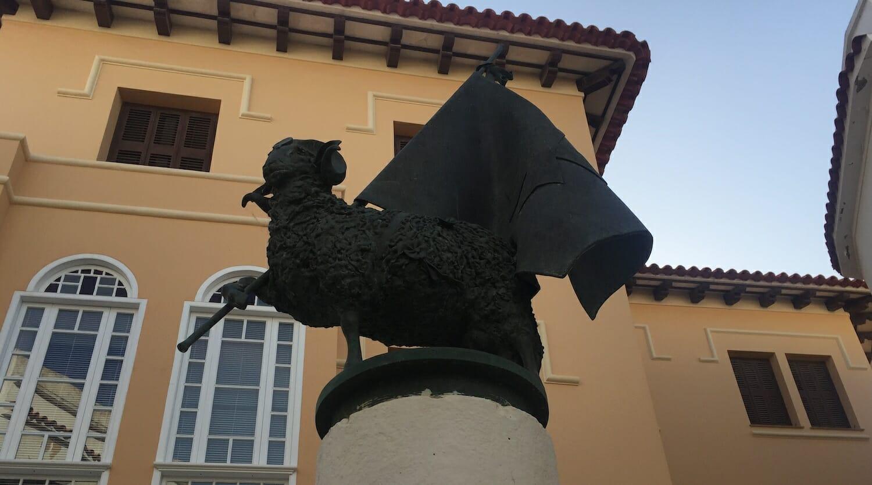 Escultura de carnero de bronce en Ciudadela, Menorca