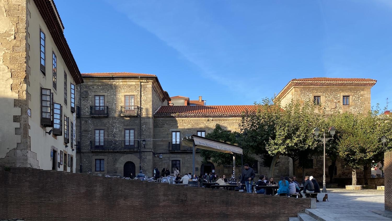Vista de la plaza de la casa natal de Jovellanos