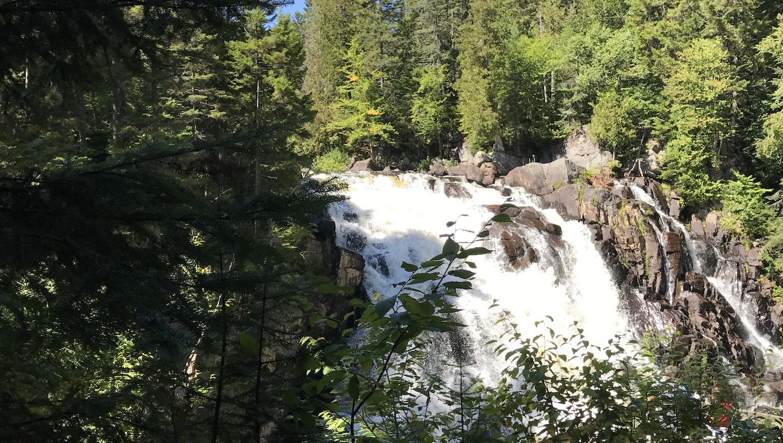 La Cascada del Diablo en Parque Nacional Mont Tremblant Canadá
