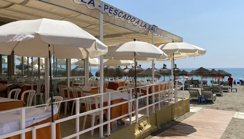 Chiringuito La Caracola vista de la terraza y playa