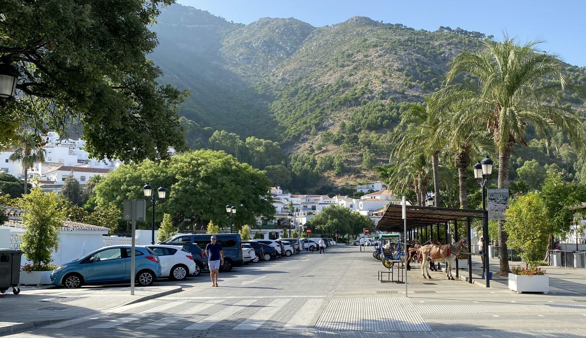 Coches aparcados en Mijas Pueblo