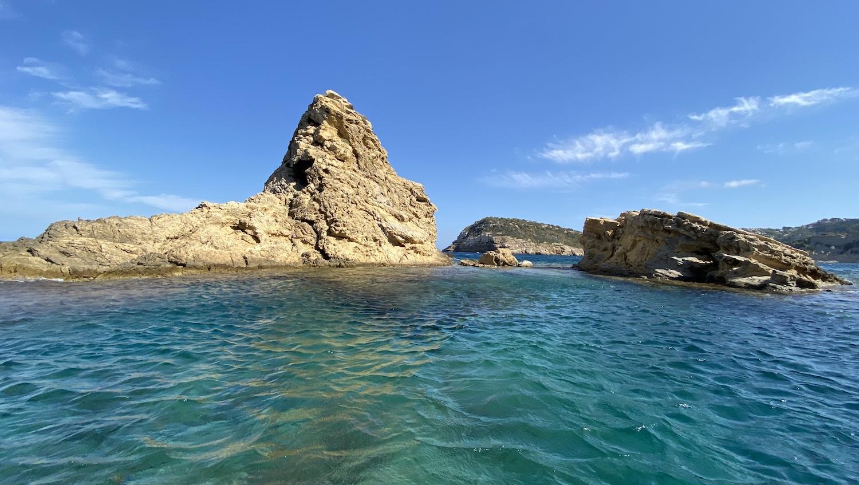 Agua cristalina frente a islote en Els Pallers Jávea