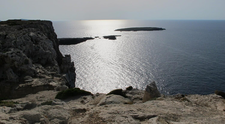 Vista al mar desde los acantilados del faro de Cavallería Menorca
