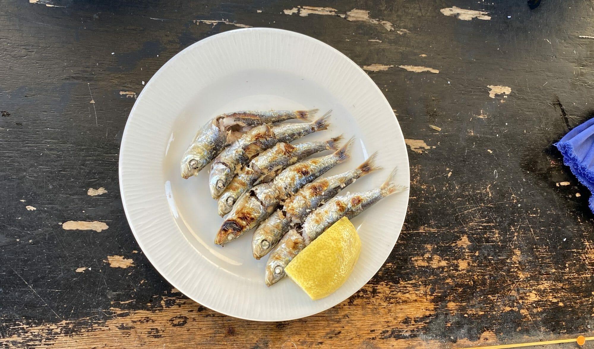 Plato de espeto de sardinas recién hecho