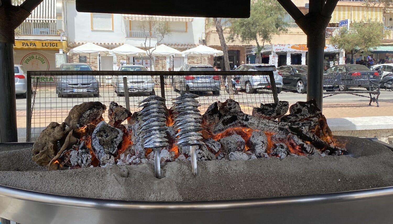 Espetos de sardina colocados en las brasas