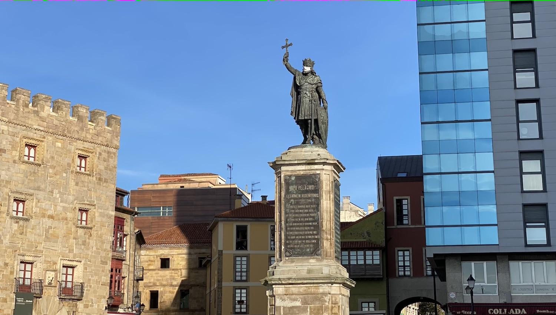 La estatua de Pelayo con mascarilla