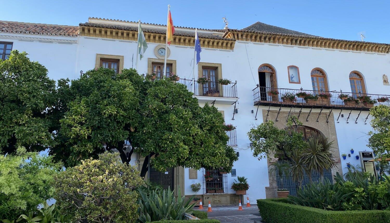 Fachada blanca del ayuntamiento de Marbella