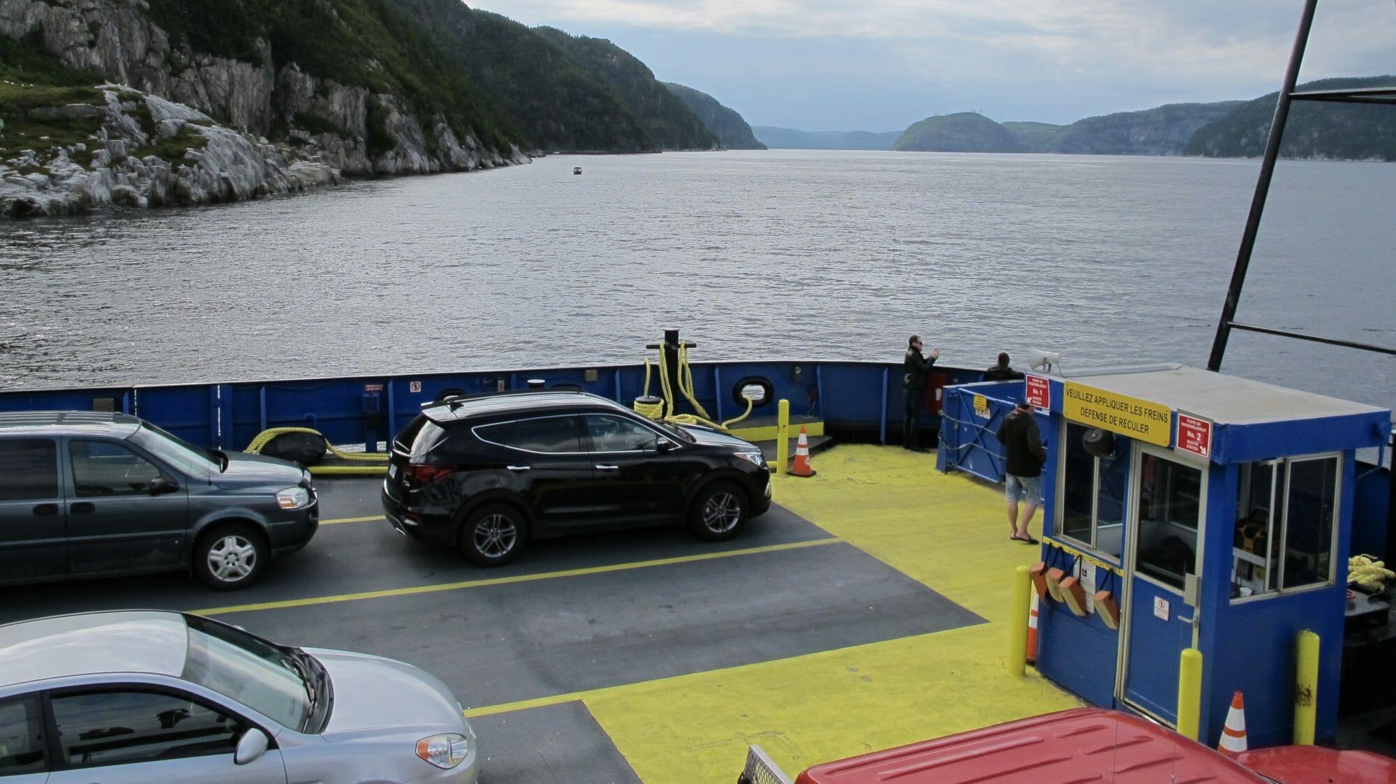 Ferry a Tadoussac cruzando el fiordo Saguenay, Canadá