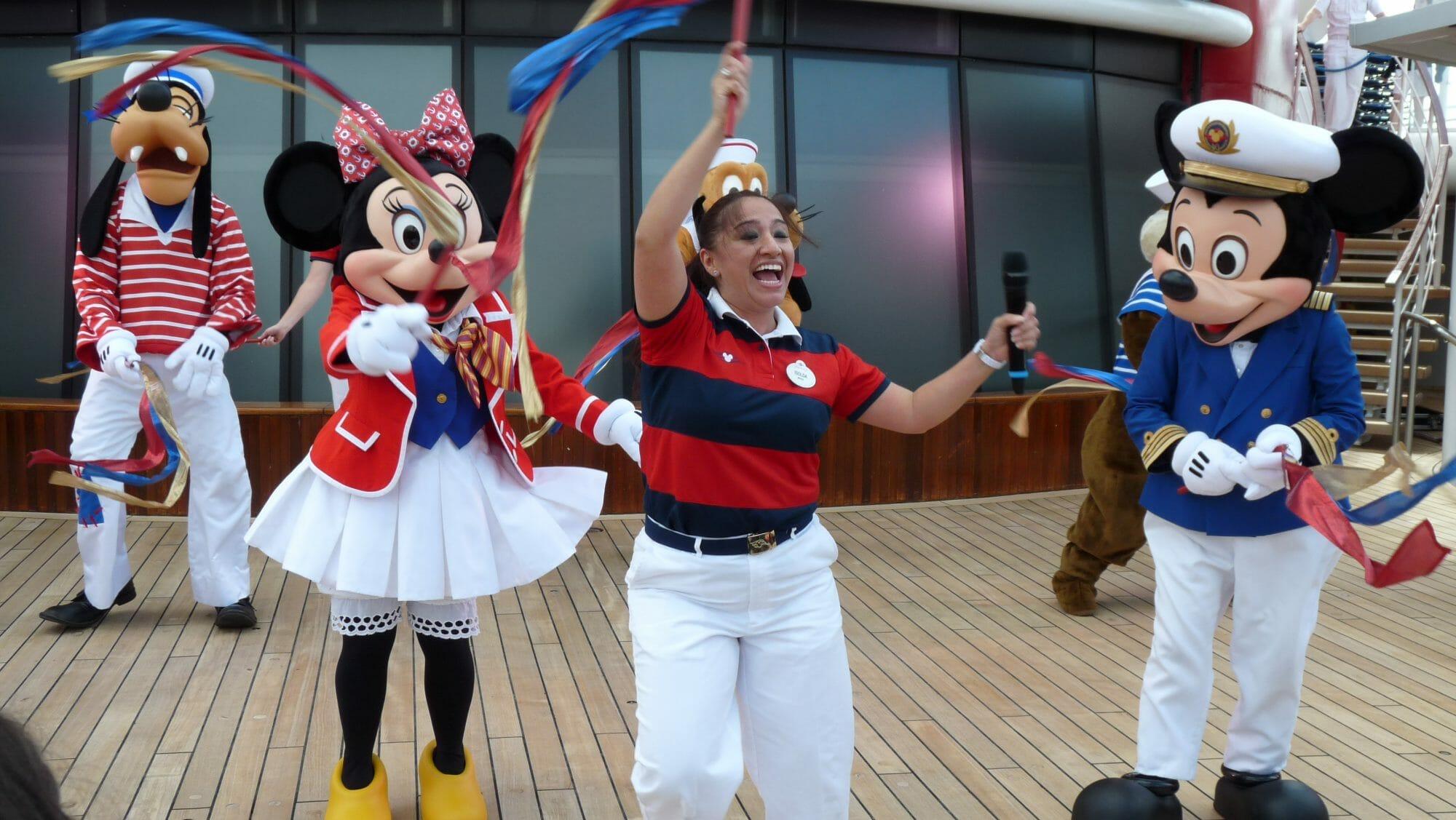 Personajes Disney bailando en cubierta crucero Disney