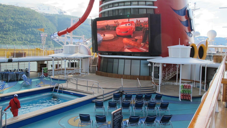 Pantalla gigante junto a la piscina barco Disney