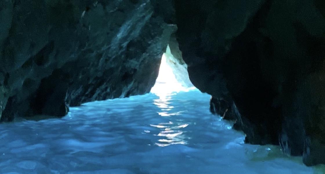 Pasadizo entre rocas cueva En Caló Jávea