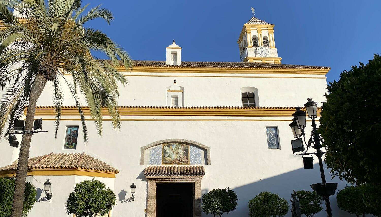 Fachada blanca De la Iglesia de la Encarnación en Marbella