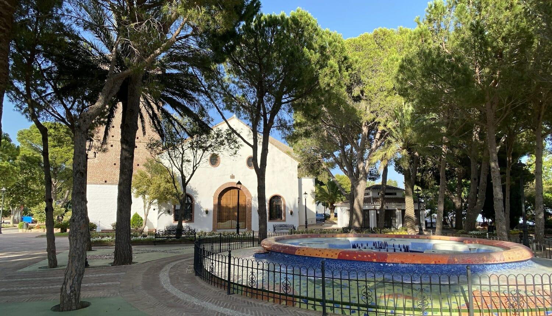 Entorno verde de pinos junto Iglesia Inmaculada Concepcion en Mijas Pueblo