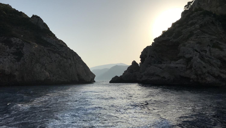 Costa de Javea al atardecer junto a la Isla del Descubridor