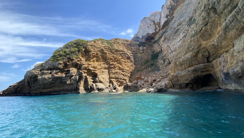 Cala de Javea con mar turquesa y rocas