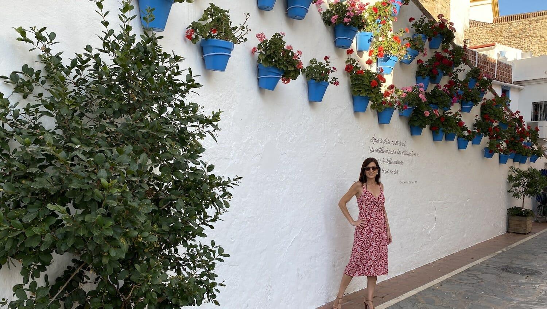 Macetas y frases escritas en calle de Marbella