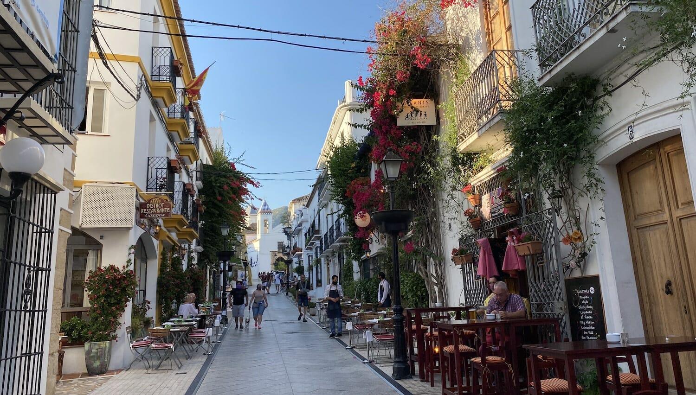 La calle Ancha de Marbella con bares con terrazas en las aceras