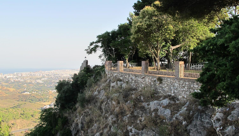 Mirador de Mijas con vegetación sobre rocas
