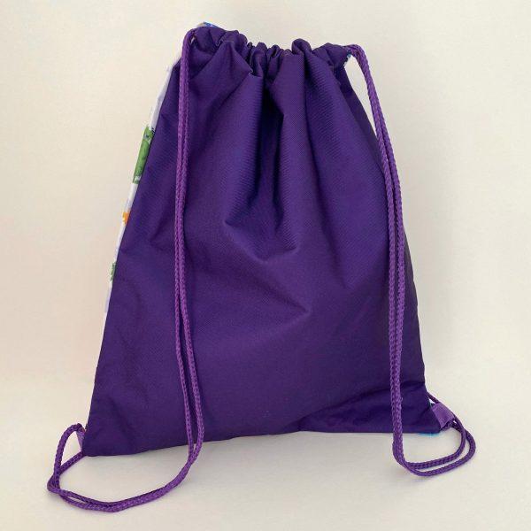 Vista trasera de la mochila saco color morado