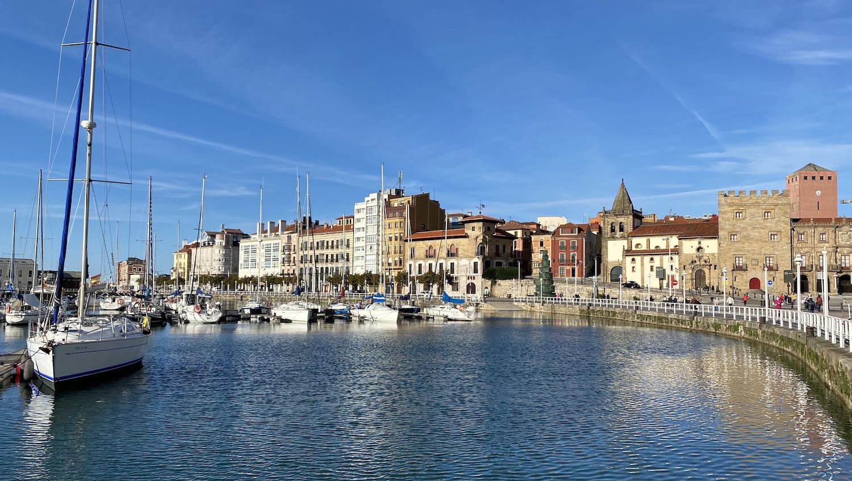 Vista del Muelle de Gijón con edificios al fondo