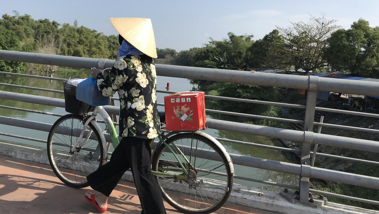 Mujer en bicicleta Vietnam