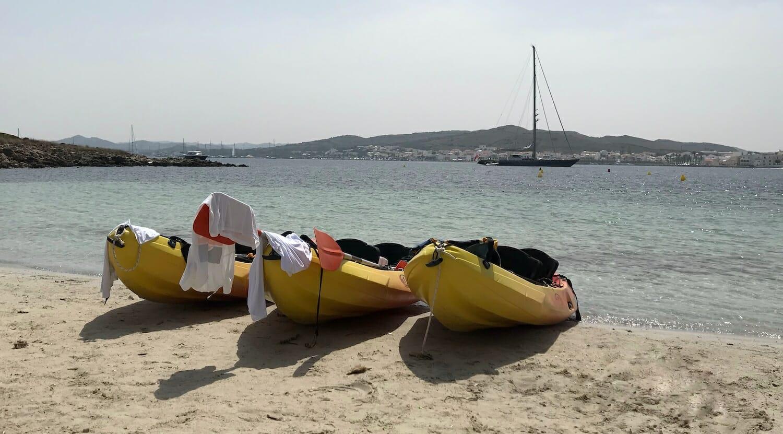 Piraguas en una pequeña playa de la bahía de Fornells