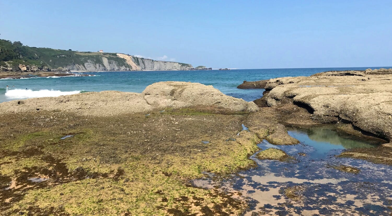 Ensenada de piedra en una playa de Asturias