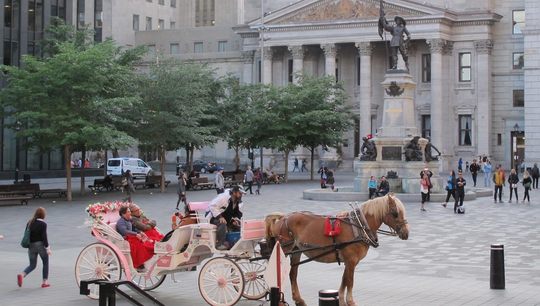 Coches de caballos en la Plaza de Armas de Montreal