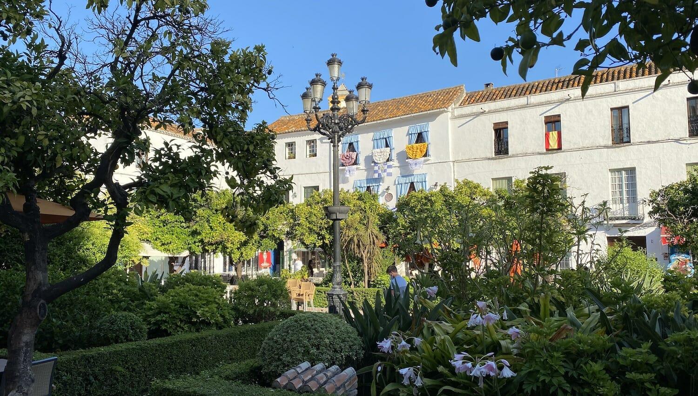 Plaza de los Naranjos de Marbella con fachadas blancas y vegetación