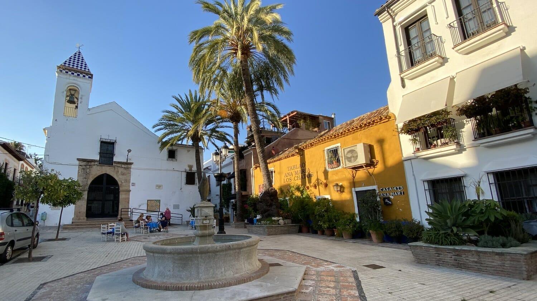 Plaza con Iglesia del Santo Cristo y fachada color alero del Tablao Ana María