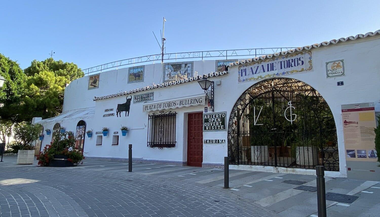 Exterior de plaza de toros de Mijas con puerta de entrada y taquillas