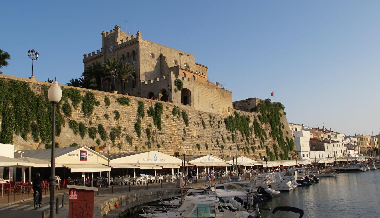 Puerto de Ciudadela en Menorca con el ayuntamiento en la parte de arriba y los barcos abajo