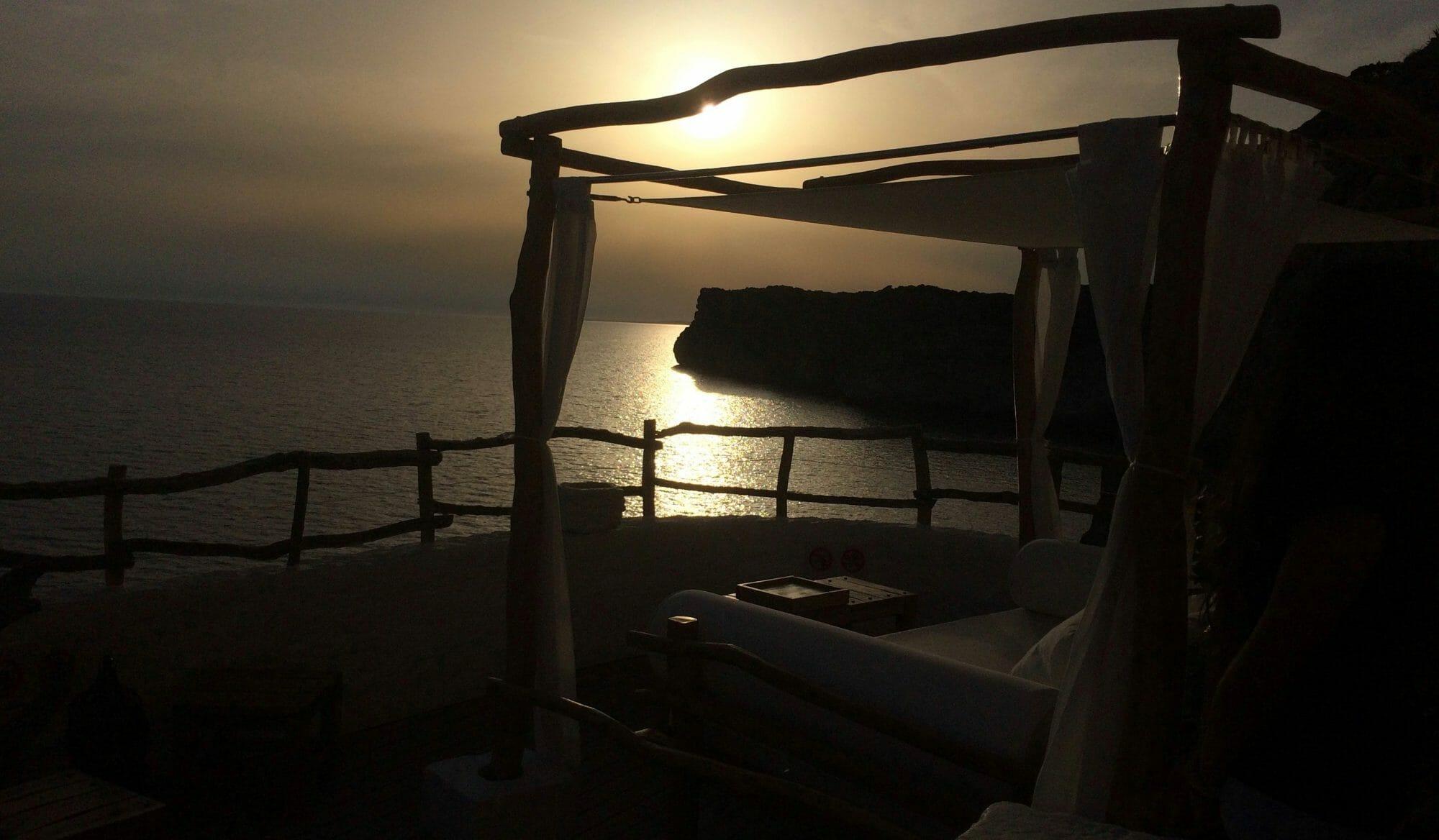 Vista de la puesta de sol en la Cova de En Xoroi, Menorca