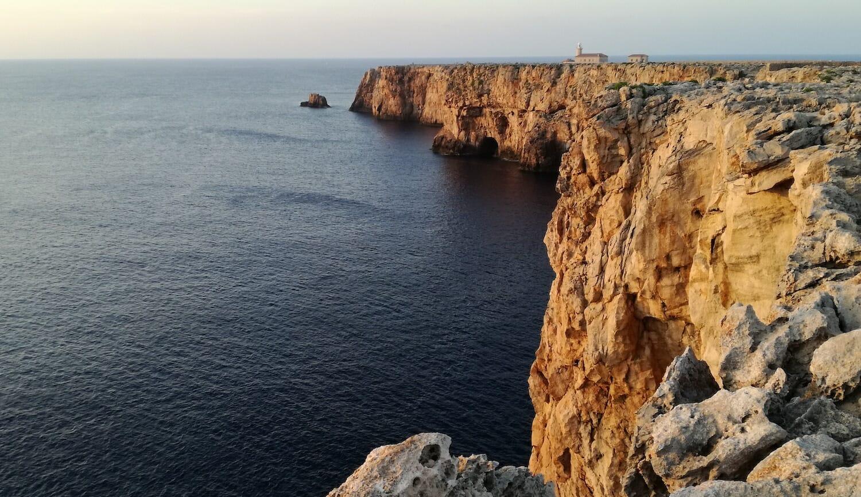 Vista del faro de Punta y su acantilado sobre el mar