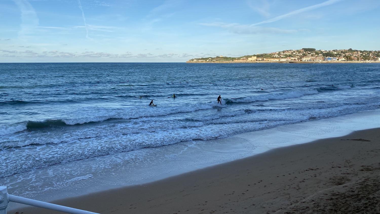 Surferos en la playa de San Lorenzo