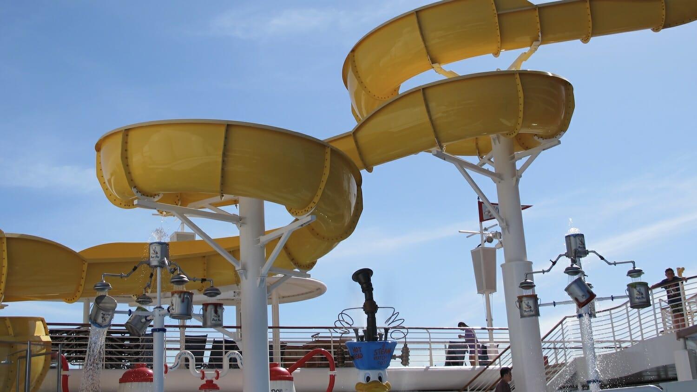 Toboganes de la piscina del barco Disney