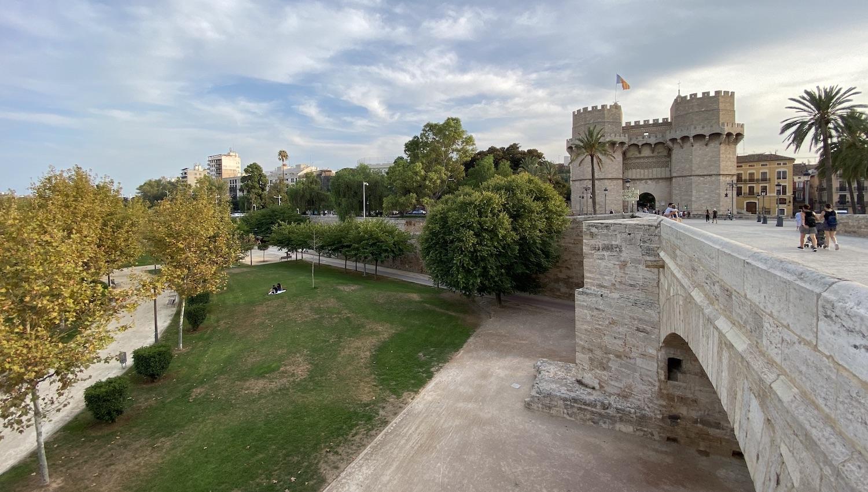 Torres Serranos de Valencia vistas desde un puente sobre el antiguo cauce del Turia