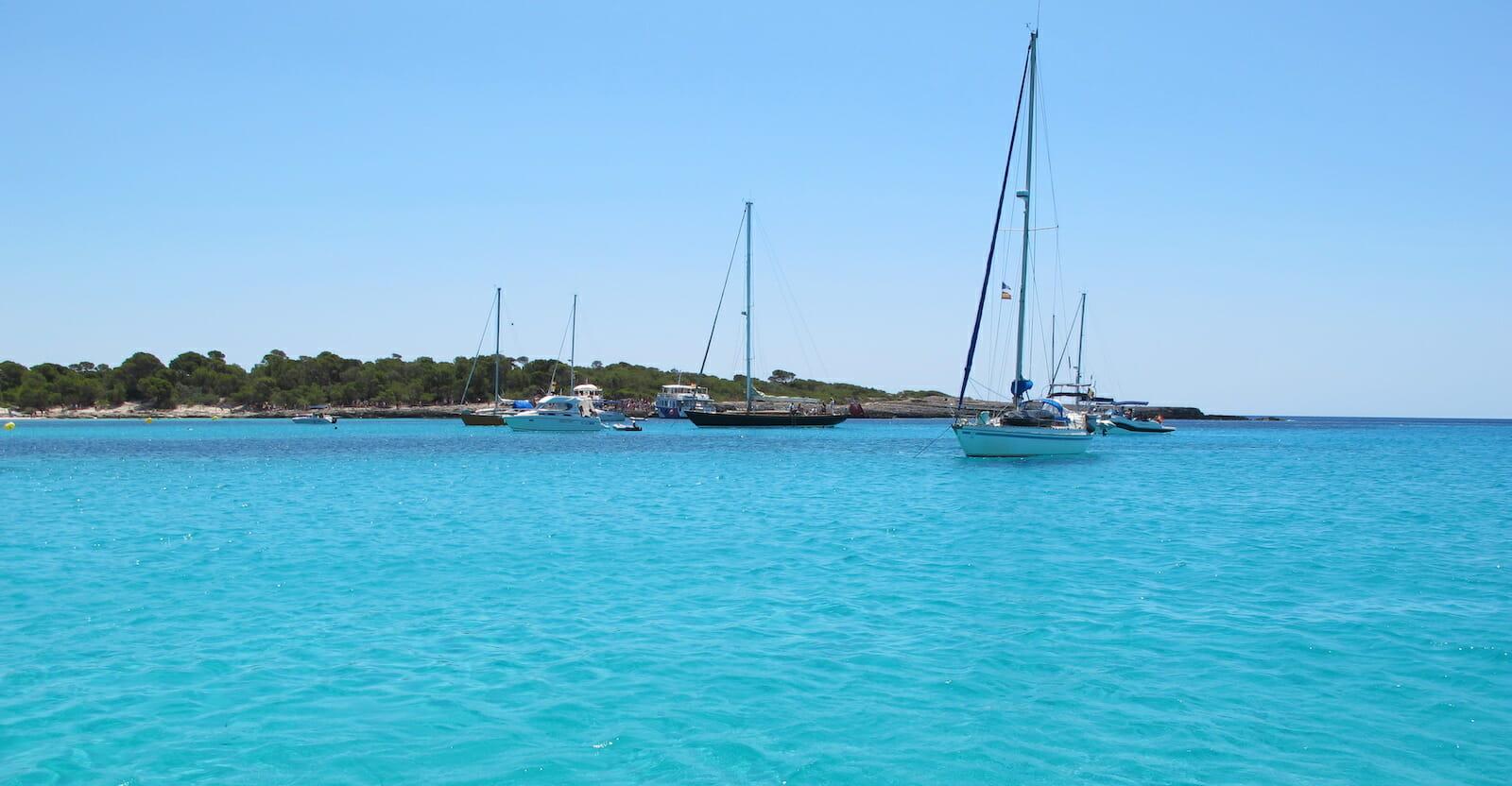 Veleros en una cala paradisíaca en Menorca