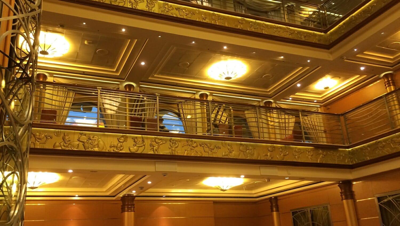 Vestíbulo principal del crucero Disney Magic